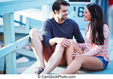 vida, romanticos, sentando, par, jovem, guarda, poste