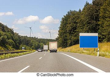 vide, signe bleu, planche, à, les, bord route, sur, autoroute, dans, été, paysage., ajouter, ton, propre, text., stratégie, signe blanc, sur, a, autoroute, comme, a, clair, plan, et, solutions, pour, business, direction, à, copie, space., voitures, camions, et, camions, sur, les, road.