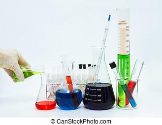 videnskab, laboratorium glassware, i, laboratorium, lommeflasker, tom, eller, fyldte, hos, en, klar, væske, på, blå, farvetone, videnskabelige, grafik, baggrund, og, deres, reflektion, på, en, tabel, baggrund, glassware, og, selektiv, brændvidde.