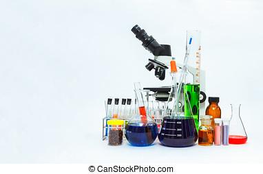 videnskab, laboratorium glassware, og, mikroskop, i, laboratorium, lommeflasker, tom, eller, fyldte, hos, en, klar, væske, på, blå, farvetone, videnskabelige, grafik, baggrund, og, deres, reflektion, på, en, tabel, baggrund, glassware, og, selektiv, brændvidde.