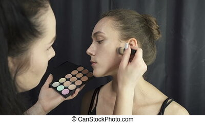 Video of master applying foundation makeup - Video of master...