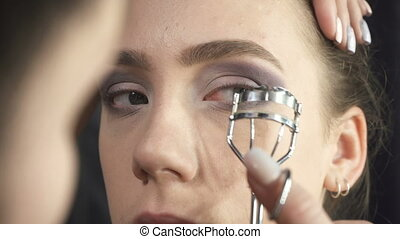 Video of master using eyelash tongs - Video of visagist...