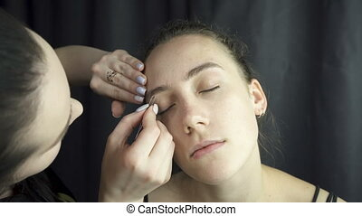 Video of master plucking eyebrows in beauty studio