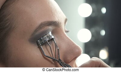 Video of visagist using eyelash tongs - Video of visagist...