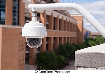 video, sicherheitskamera, gehäuse, aufgestellt, hoch, auf, collegecampus