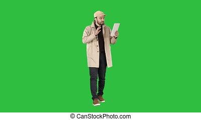 video, tabliczka, chroma, młody, ekran, zielony, key., zrobienie krzyk, człowiek, przystojny