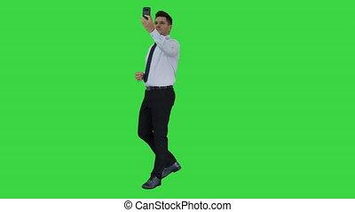 video, vlog, chroma, jonge, scherm, opname, zakenman, roepen, key., vervaardiging, groene, mooi, of, vrolijke