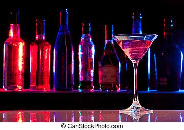 vidrio cóctel, con, bebida, en, el, barra