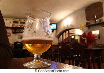 vidrio, con, cerveza, en, barra