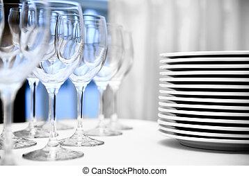 vidrio, copas, y, placas, sobre la mesa