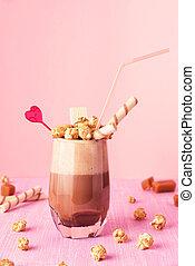 vidrio, de, milkshake del chocolate, con, caramelo, popcorn.