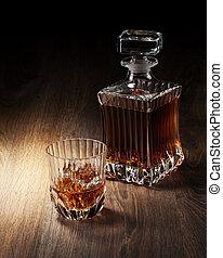 vidrio, y, botella, con, whisky, en, un, woden, tabla