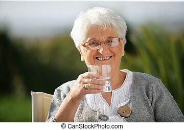 vidro água, mulher sênior