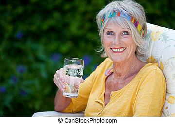 vidro água, senhora, segurando, idoso