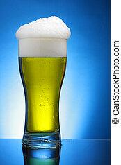 vidro azul, sobre, cerveja, fundo