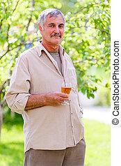 vidro, homem sênior, segurando, vinho