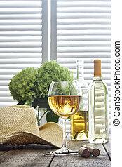 vidro vinho, ficar, ligado, um, antigas, tabela, com, chapéu palha