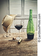 vidro vinho vermelho, ficar, ligado, um, antigas, tabela, com, chapéu palha