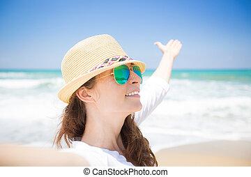 vie appréciant, femme, plage, heureux