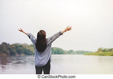 vie, femme, respiration, élévation, frais, fetes, bras, style de vie, unpluged., loisir, délassant, debout, heureux, air., river.