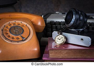 vie, groupe, objets, table., téléphone, écrivain, montre, bois, appareil photo, vieux, encore, type