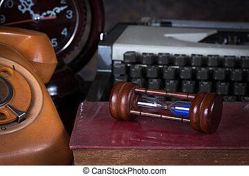 vie, groupe, objets, table., téléphone, horloge, bois, écrivain, vieux, encore, type, sablier