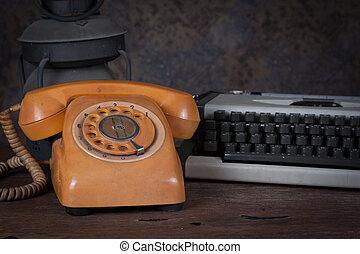 vie, groupe, objets, table., téléphone, lampe, écrivain, rouillé, bois, vieux, encore, type, kérosène