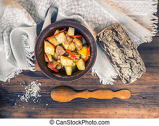 vie, légumes, bois, sel, vue dessus, bol, cuit, main, cuillère, rural, cloth., grossier, fond, pommes terre, table, encore, fait, viande, pain