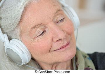 vieille dame, aimer, écouter, à, musique