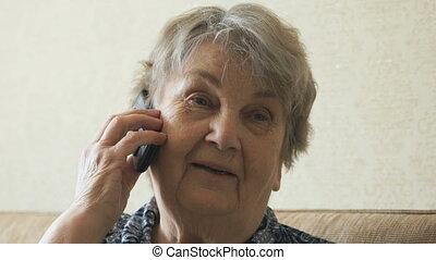 vieille femme, conversation téléphone mobile