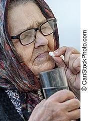 vieille femme, prend, pilules, gros plan