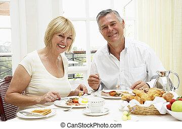 vieilli, couple, hôtel, milieu, petit déjeuner, apprécier