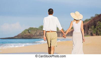 vieilli, couple, promenade, milieu, apprécier, plage