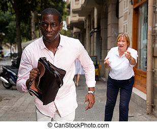 vieilli, femme, homme, loin, volé, sac main, courant