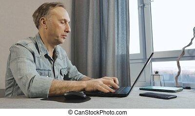 vieilli, fonctionnement, milieu, laptop., travailleur indépendant, travaux, home., homme