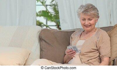 vieilli, jouer cartes, femme