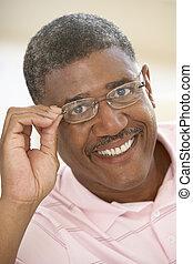 vieilli, lunettes, milieu, portrait, essayer, homme