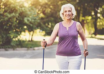 vieilli, marche, femme, parc, heureux