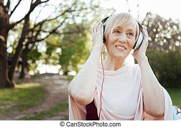 vieillissement, femme, écouteurs, gai, musique, dehors, apprécier