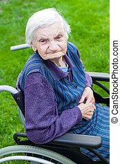 vieja, sentado, en, sílla de ruedas