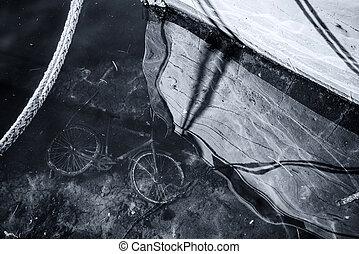 viejo, abandonado, agua, mar, debajo, bicicleta