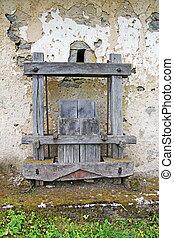 viejo, antigüedad, de madera, vino, prensa, delante de, el, oxidado, pared