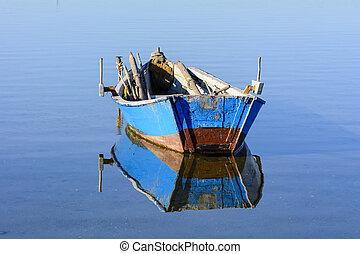viejo, barcos pesqueros, con, colores brillantes, en, amanecer, en, el, lake.