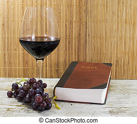viejo, biblia, y, vino rojo, con, uvas