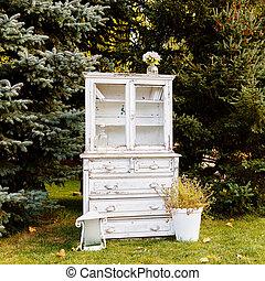 viejo, blanco, armario, en, un, plano de fondo, de, árboles, aire libre