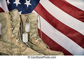 viejo, combate, botas, y, perro, etiquetas, con, bandera estadounidense