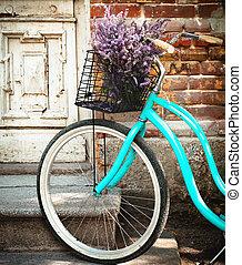 viejo, de madera, vendimia, lavanda, bycycle, cesta, puerta, flores