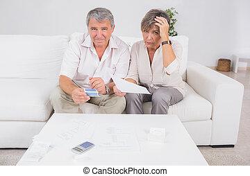 viejo, enfatizado, pareja, calculador, cuentas