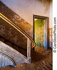 viejo, escalera, en, abandonado, casa, de, namibio, kolmanskop, pueblo fantasma
