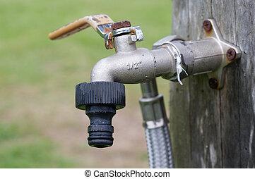 viejo, golpecito, en el jardín, sin, agua